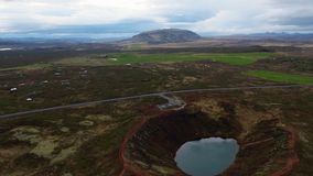 Vue aérienne d'un cratère de volcan en Islande banque de vidéos