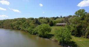 Vue aérienne d'un fleuve horizontal américain Les ETATS-UNIS 4K banque de vidéos