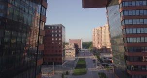 Vue aérienne d'un grand bâtiment avec des laboratoires et projets innovateurs, inventions d'une nature technique dans le Technopa banque de vidéos