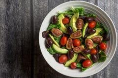 Vue aérienne d'un grand bol blanc de salade fraîche sur le bois Image libre de droits