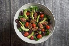 Vue aérienne d'un grand bol de salade fraîche sur le bois Image stock