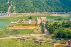 Vue aérienne d'un jardin en Amber Fort près du lac Maota, situé à Jaipur au Ràjasthàn, Inde Image stock