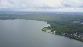 Vue aérienne d'un lac et d'un secteur récréationnel en nature Horizontal étonnant Paysage de coucher du soleil d'eau de rivière clips vidéos