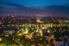 Vue aérienne d'un lac Hoan Kiem ou du lac sword, Ho Guom dans le Vietnamien la nuit Vue d'horizon de Hanoï Le lac Hoan Kiem est c Photo libre de droits