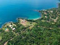 Vue aérienne d'un littoral étonnant de montagne avec le bleu image libre de droits