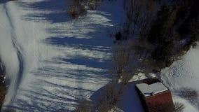 Vue aérienne d'un pâturage alpin sous la neige banque de vidéos