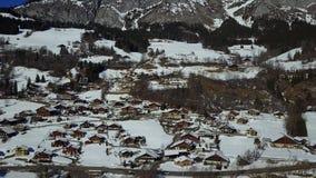 Vue aérienne d'un pâturage alpin sous la neige clips vidéos