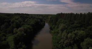 Vue aérienne d'un pont au-dessus d'une rivière banque de vidéos