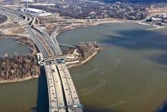 vue aérienne d'un pont en route image stock