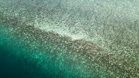 Vue aérienne d'un récif en Malaisie avec de l'eau clair photos libres de droits
