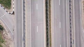 Vue aérienne d'un trafic conduisant sur une autoroute banque de vidéos