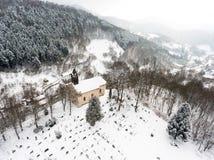 Vue aérienne d'une église et d'un cimetière Images libres de droits