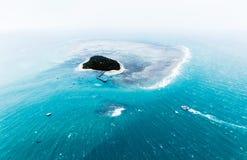 Vue aérienne d'une île dans l'océan Image libre de droits