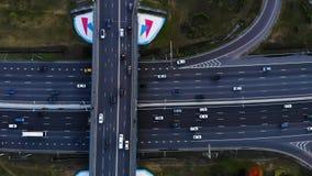 Vue aérienne d'une autoroute Droite de mouvement de caméra Beaucoup de voitures montent sur l'autoroute de 10 ruelles banque de vidéos