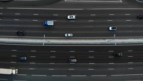 Vue aérienne d'une autoroute Gauche lente de mouvement de caméra Beaucoup de voitures montent sur l'autoroute de 10 ruelles clips vidéos