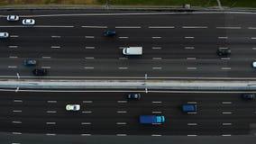 Vue aérienne d'une autoroute Gauche lente de mouvement de caméra Beaucoup de voitures montent sur l'autoroute de 10 ruelles banque de vidéos