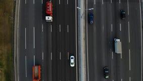 Vue aérienne d'une autoroute L'appareil-photo avancent Beaucoup de voitures montent sur l'autoroute de 10 ruelles banque de vidéos