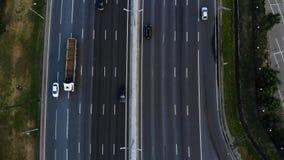 Vue aérienne d'une autoroute L'appareil-photo avancent Beaucoup de voitures montent sur l'autoroute de 10 ruelles clips vidéos