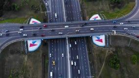 Vue aérienne d'une autoroute La caméra avancent avec le roulement vers le bas avec une vue sur l'échange de voiture Beaucoup de v clips vidéos