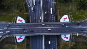 Vue aérienne d'une autoroute La caméra avancent avec une vue sur l'échange de voiture Beaucoup de voitures montent sur les 10 rue banque de vidéos