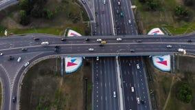 Vue aérienne d'une autoroute Mouvement de caméra vers l'arrière avec le roulement avec une vue sur l'échange de voiture Beaucoup  banque de vidéos