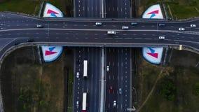 Vue aérienne d'une autoroute Recul de caméra avec une vue sur l'échange de voiture Beaucoup de voitures montent sur l'autoroute d clips vidéos