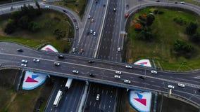 Vue aérienne d'une autoroute Recul de caméra avec une vue sur l'échange de voiture Beaucoup de voitures montent sur l'autoroute d banque de vidéos
