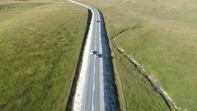 Vue aérienne d'une conduite de luxe sur la route de campagne banque de vidéos