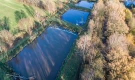 Vue aérienne d'une installation d'élevage pour la truite avec trois poissons loin photos libres de droits