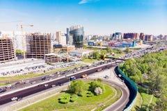 Vue aérienne d'une intersection d'autoroute Jonctions de route dans une grande ville Images libres de droits