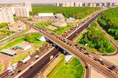 Vue aérienne d'une intersection d'autoroute Jonctions de route dans une grande ville Image stock