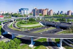 Vue aérienne d'une intersection d'autoroute Jonctions de route dans une grande ville Photographie stock libre de droits