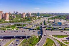 Vue aérienne d'une intersection d'autoroute Jonctions de route dans une grande ville Photos stock