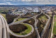 Vue aérienne d'une intersection de route avec un échange Allemagne Coblence de trèfle-feuille Photographie stock libre de droits