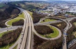 Vue aérienne d'une intersection de route avec un échange Allemagne Coblence de trèfle-feuille Photos libres de droits