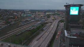 Vue aérienne d'une intersection massive de route à Moscou Vue du ciel sur le paysage de ville la nuit Circulation de soirée banque de vidéos
