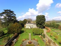 Vue aérienne d'une maison de campagne dans le Sussex occidental image stock