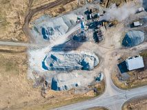 Vue aérienne d'une petite usine pour la production et la blocaille et le ciment de nettoyage près des tas des matériaux de constr photos stock