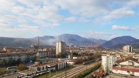 Vue aérienne d'une petite ville avec une usine photo stock