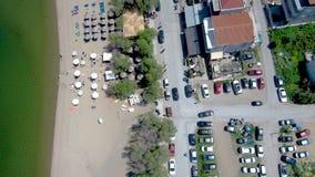 Vue aérienne d'une petite ville de bord de la mer ci-dessus, de Perea Salonique Grèce, et en avant mouvement par le bourdon banque de vidéos