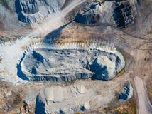 Vue aérienne d'une pile de pierre écrasée et de ciment gris près de l'usine pour la production des matériaux de construction pour image stock