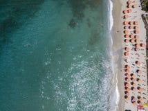 Vue aérienne d'une plage avec des canoës, des bateaux et des parapluies photo stock