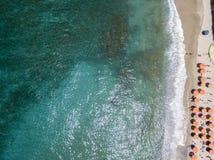 Vue aérienne d'une plage avec des canoës, des bateaux et des parapluies photographie stock libre de droits