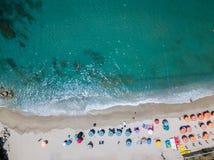 Vue aérienne d'une plage avec des canoës, des bateaux et des parapluies images libres de droits