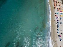 Vue aérienne d'une plage avec des canoës, des bateaux et des parapluies photographie stock