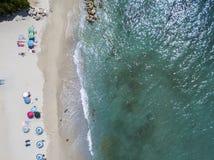 Vue aérienne d'une plage avec des canoës, des bateaux et des parapluies image libre de droits
