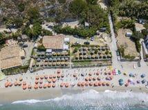 Vue aérienne d'une plage avec des canoës, des bateaux et des parapluies image stock