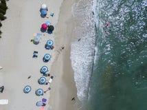 Vue aérienne d'une plage avec des canoës, des bateaux et des parapluies photos stock