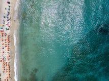 Vue aérienne d'une plage avec des canoës, des bateaux et des parapluies images stock