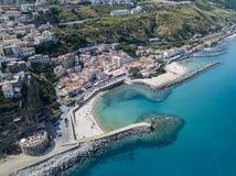 Vue aérienne d'une plage avec des canoës, des bateaux et des parapluies Pilier de Pizzo Calabro, vue panoramique d'en haut photo stock